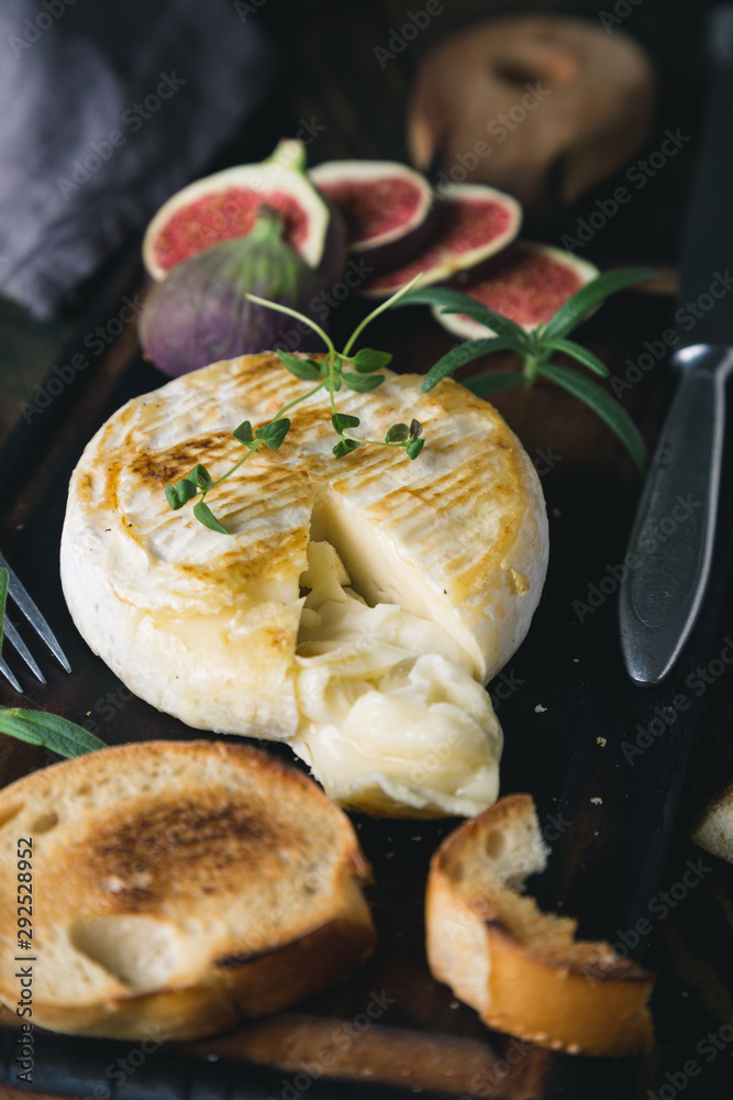 Fototapety, obrazy: Camembert cheese with crackers, figs and herbs