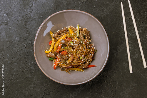 Photo sur Toile Pays d Afrique beef wok noodles on black stone table