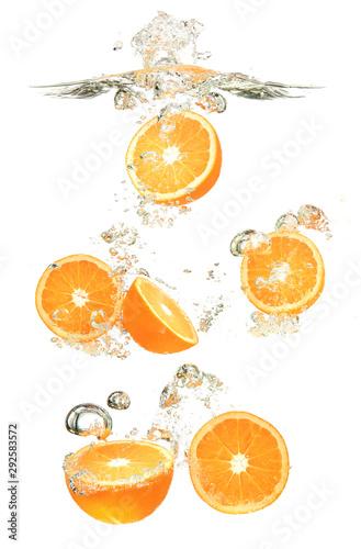 owoce-pomaranczy-spadly-do-wody