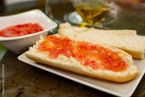 Photo Traditional andalusian breakfast with bread toasts, fresh ground tomatoes and ol