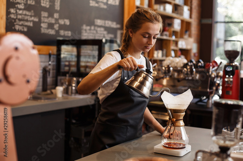 Photo Professional barista preparing coffee using chemex pour over coffee maker and drip kettle