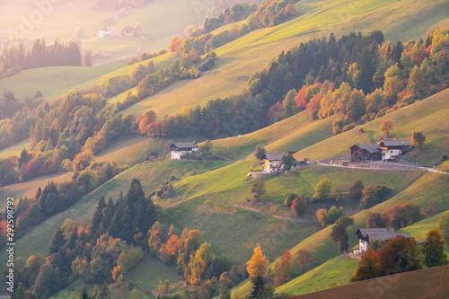 Photo Beautiful hillside in the village of Santa Maddalena near the Odle Mountains, Fu