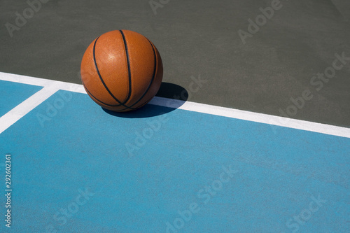 Photo  Basketball courtside on outdoor court