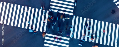 Aerial view of people crossing a big intersection in Ginza, Tokyo, Japan at nigh Fototapet