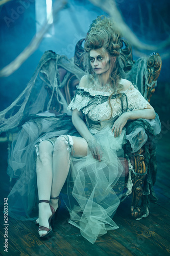Staande foto Schilderkunstige Inspiratie lady in the old interior