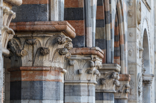 Staande foto Oude gebouw Exterior decoration of Como Cathedral church, Italy