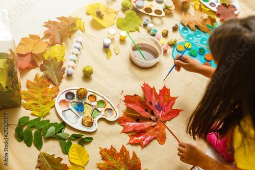 Cuadros en Lienzo Girl paints leaves