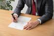 契約書にサインをするビジネスマン