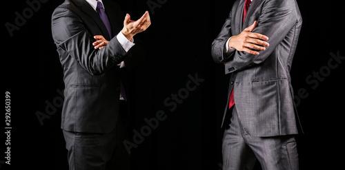 Photo 議論をする二人のビジネスマン