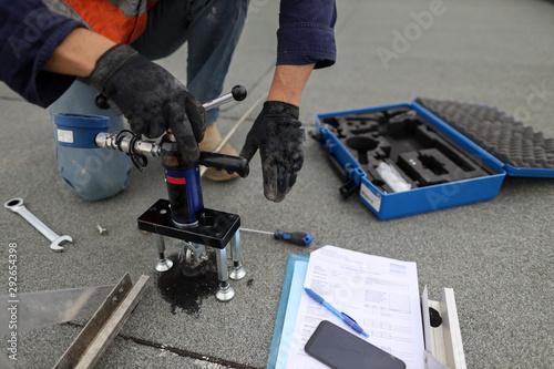 Valokuva Rope access engineer inspector technician pull testing fall arrest, fall restrai