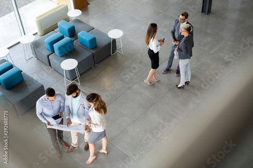 Photo Group of coworkers working together on business project in modern office