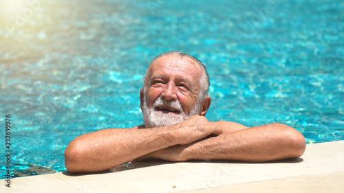 Photo Senior man swimming in  swimming pool