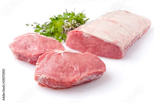 Fotografia Roher dry aged Rinderrücken mit Kräuter als closeup vor weißem Hintergrund – fre