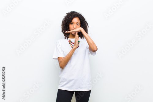 Fotografía  young cool african american woman looking serious, stern, angry and displeased,