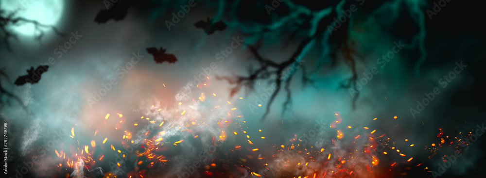 Tło Halloween Fantasy. Piękny ciemny, głęboki las tło z dymem, ogniem, nietoperze wampirów. Halloweenowy magiczny kolaż wakacyjny Projekt artystyczny, tajemnicza rama. Skopiuj miejsce na tekst. Szeroki ekran