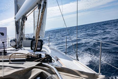 Fala rozbita przez jacht, pokład jachtu