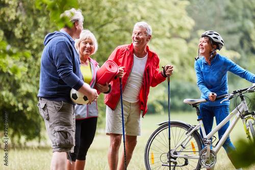 Fotografiet Senioren machen zusammen Fitness
