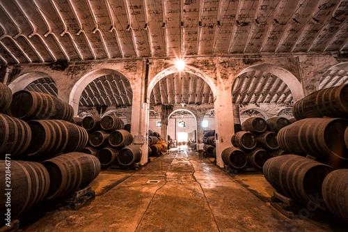 Carta da parati Botas de vino en una bodega española
