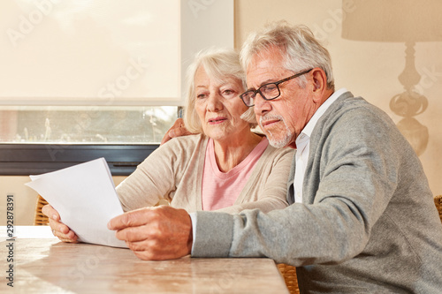 Cuadros en Lienzo Senioren Paar liest zusammen einen Vorsorge Plan