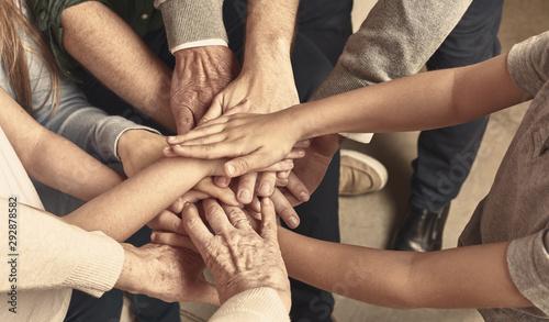 Fotografiet Viele Hände einer Familie als Netzwerk Header