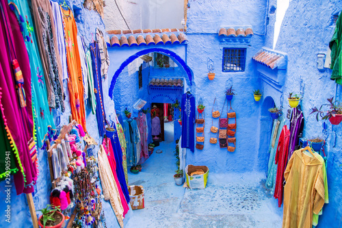 Poster Maroc Traditional carpets on the blue Chefchaouen street.