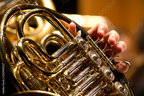 Obraz na plátně Detalhe de músico de orquestra, tocando trompa, Trompista