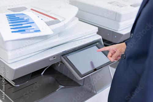 ビジネスシーン コピー機を使うビジネスマン Fototapet
