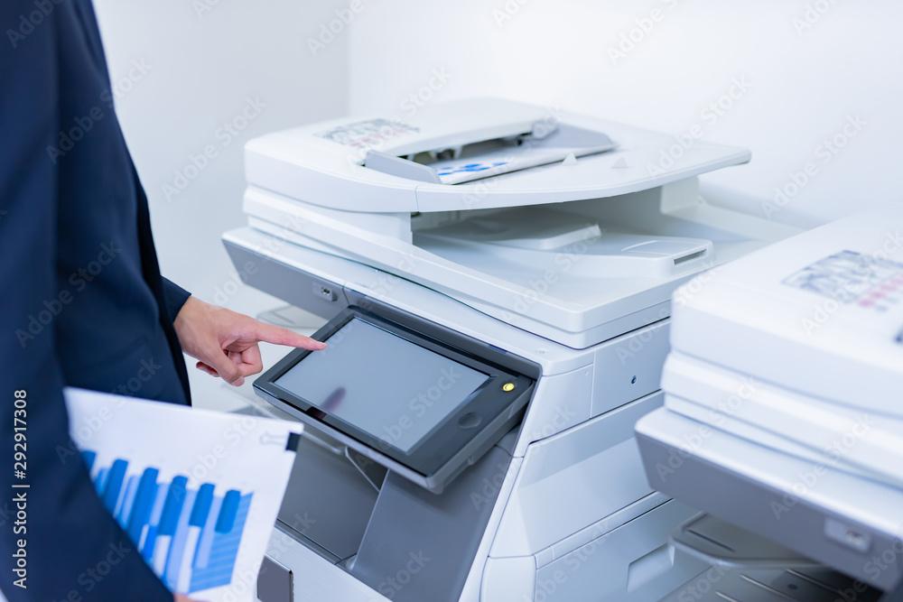 Fototapeta ビジネスシーン コピー機を使うビジネスマン