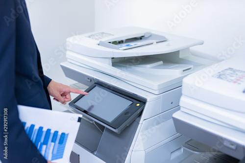 Obraz ビジネスシーン コピー機を使うビジネスマン - fototapety do salonu
