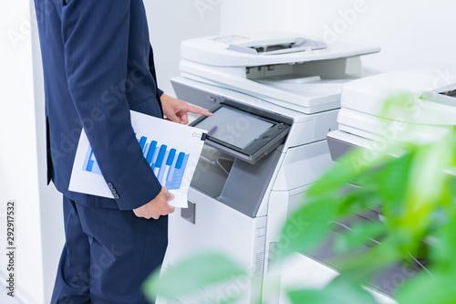 Fotografie, Obraz ビジネスシーン コピー機を使うビジネスマン