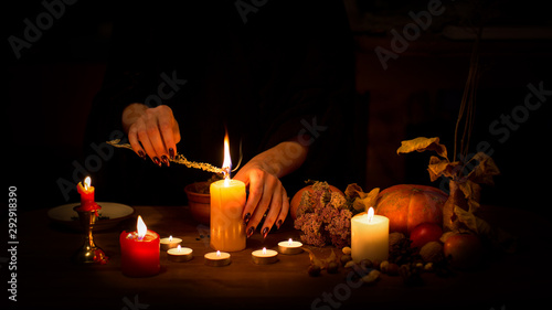 Photo Witch make a spell on the altar in the dark