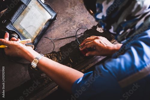 Fotografia  UT, Ultrasonic testing to detect imperfection or defect in welding of steel structure outside