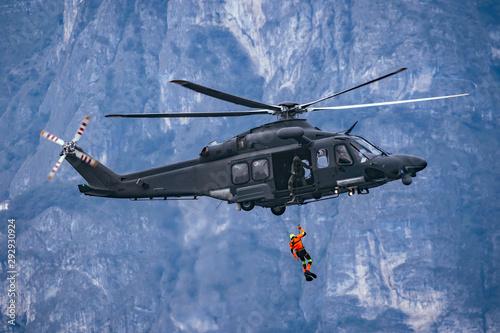 Fototapeta Elicottero militare AW149 con soccorritore al verricello