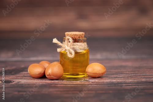 Photo Argan oil, on wooden background