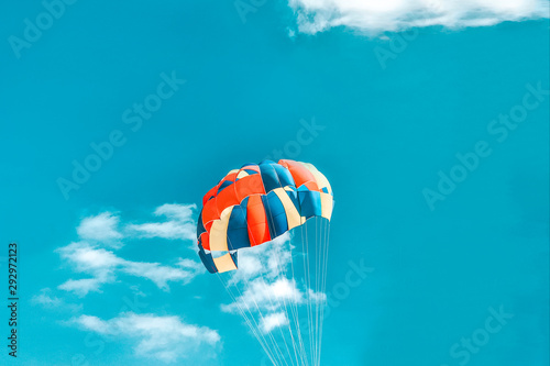 Fotografia A multi-colored dome of a parachute in the sky as a background.