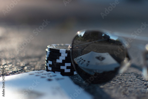 Cuadros en Lienzo  Sunglasses, playing cards and poker chips