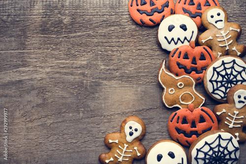 Photo  Halloween gingerbread cookies on wooden background