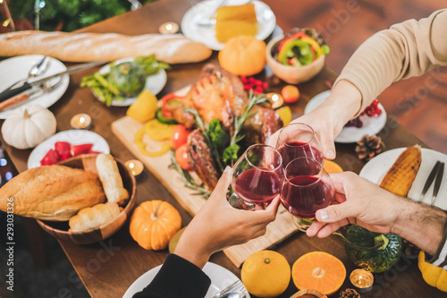 Photo  Top view table happy Thanksgiving dinner party with family and food with turkey