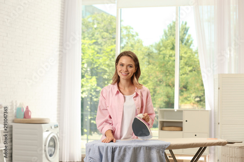 Fotografía Pretty girl ironing clean laundry at home