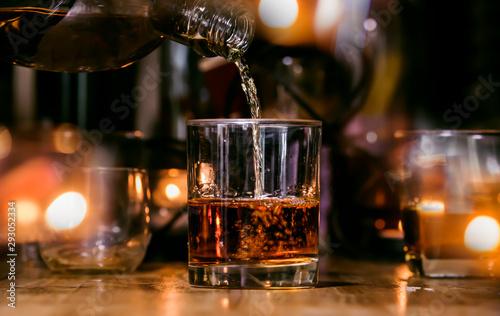 Photo Bartender Serve Whiskey, on wood bar
