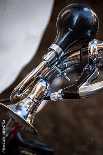 Fotomural Close-up of a bicycle horn on the handlebar, a small chromed trumpet