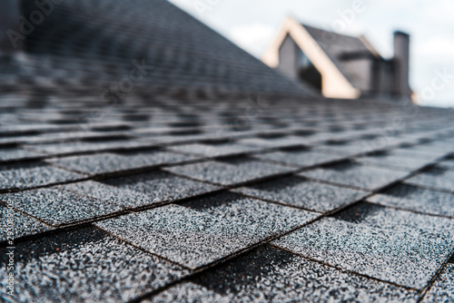 Fotografía  selective focus of grey shingles on rooftop of building