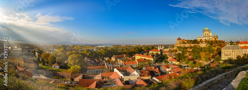 Photo Picturesque panoramic view of Esztergom, Hungary at sunny autumn day
