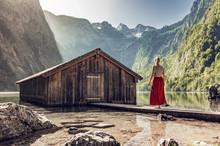 Junge Frau An Bootshütte Am O.