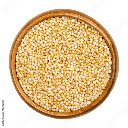 Valokuva Puffed quinoa in wooden bowl