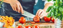 Koch Schneidet Frische Rote Tomaten In Restaurant Küche