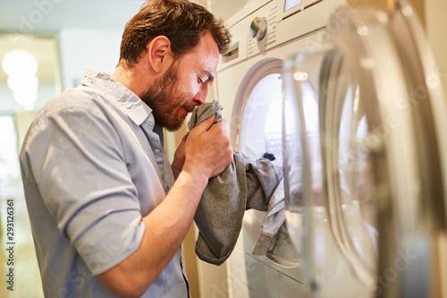 Obraz Hausmann riecht an der frischen sauberen Wäsche - fototapety do salonu