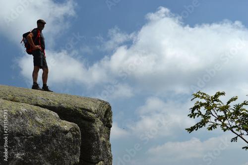 randonneur sur un promontoire rocheux, panorama, vue panoramique Wallpaper Mural