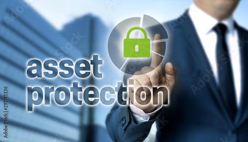 Photo Asset Protection Konzept wird von Geschäftsmann gezeigt.