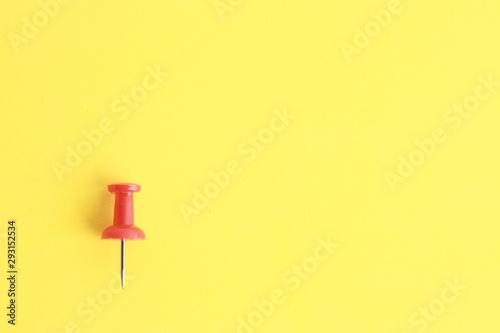 Fototapeta plastic thumbtacks in colorful background obraz na płótnie